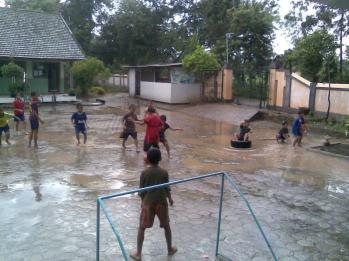 Hasil gambar untuk hujanan-hujanan olahraga